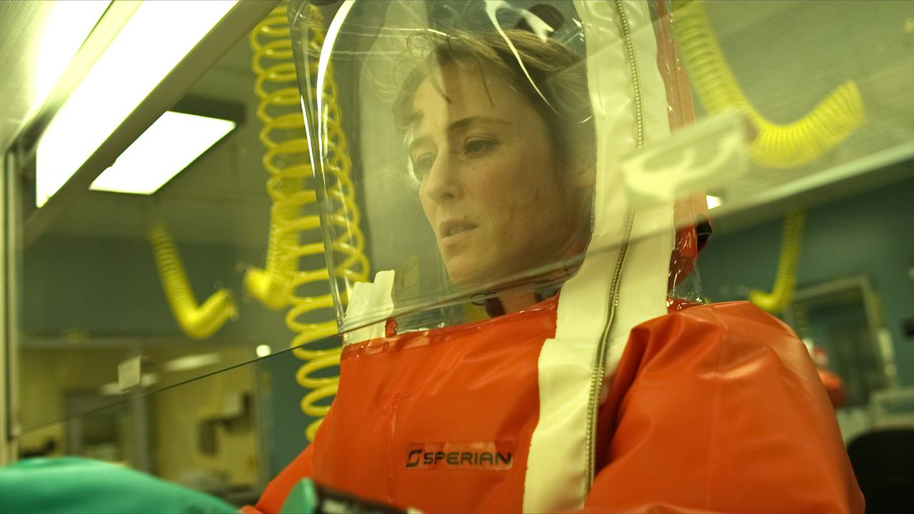 """scene uit de film Contagion (2011) FOTO: Warner Bros JENNIFER EHLE as Dr. Ally Hextall in the thriller """"CONTAGION,"""" a Warner Bros. Pictures release."""