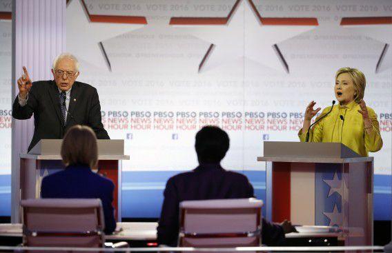 De Democratische kandidaten Bernie Sanders en Hillary Clinton in debat in Milwaukee.