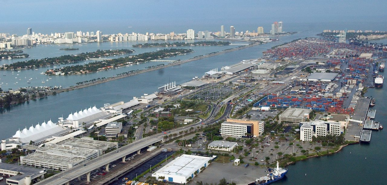 De haven van Miami in de staat Florida, waar de broer van president Bush gouverneur is, zou een van de zes Amerikaanse havens zijn waarvan het bedrijf DP World uit Dubai de overslag overneemt. Foto AP ** FILE ** An aerial view of the Port of Miami is shown in this May 26, 2005 file photo. Florida Gov. Jeb Bush said Tuesday, Feb. 21, 2006, that his brother, President Bush, would adequately protect national security as part of the federal government's approval of the sale of a ports operator to a state-owned company in the United Arab Emirates. Under a proposed deal, a British company that has been running some operations at six U.S. ports would be acquired by Dubai Ports World. The British company owns a 50 percent share in the Port of Miami Terminal Operating Co. (AP Photo/Alan Diaz, File)