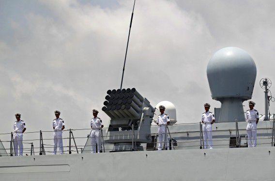 Bemanningsleden aan boord van een Chinees fregat. Het land is in een ruzie verzeild geraakt met Vietnam over de Zuid-Chinese Zee.