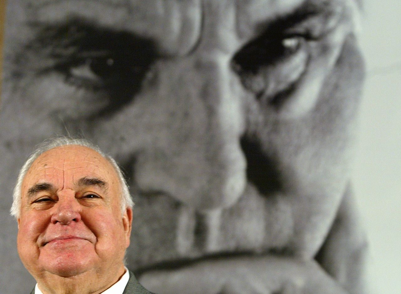 Helmut Kohl, november 2005 Foto Tobias Schwarz/Reuters Helmut Kohl, former German Chancellor sits in front of a large photograph of himself during a news conference to promote his new book, 'Erinnerungen 1982-1990' (Memories 1982-1990) in Berlin November 2, 2005. Kohl, born in 1930, was Chancellor with the Christian Democratic Union CDU from 1982 until 1998. The book goes on sale tomorrow. REUTERS/Tobias Schwarz
