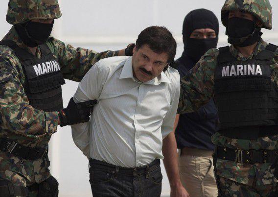 Joaquin Guzman wordt geboeid naar een helikopter begeleid door de Mexicaanse marine in Mexico City om naar een gevangenis te worden overgebracht.