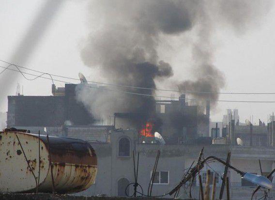 Een door de 'Lokale Coördinatie Commissie Syrië' vrijgegeven foto toont vuur en rookpluimen boven de gebouwen in de wijk Baba Amr in Homs, gisteren genomen. De informatie kan niet worden geverifieerd.