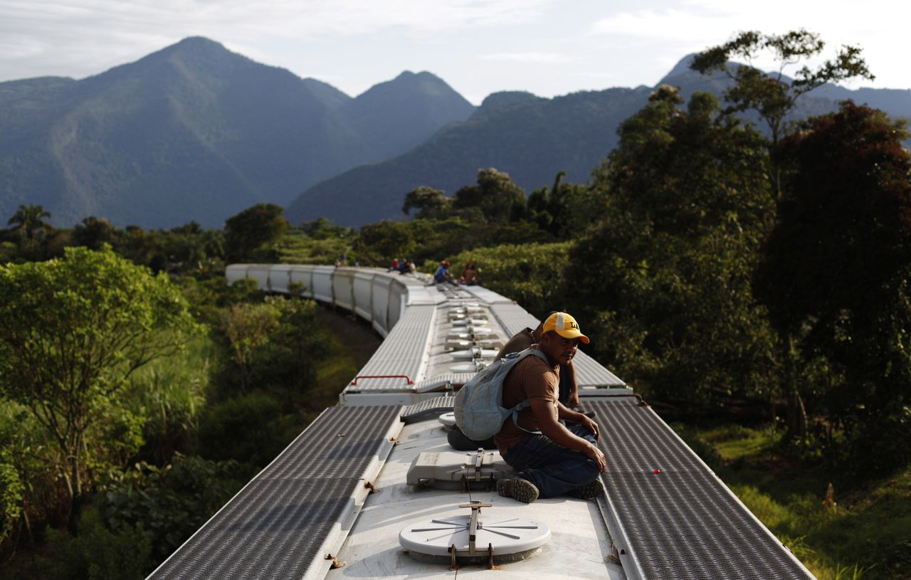 Bij controles van de Mexicaanse immigratiedienst klimmen soms honderden agenten tegelijk de treinen op, terwijl de illegalen van de daken springen en vluchten. Foto Reuters Honduran immigrants ride on the top of a freight train on their way to the border with the United States in La Patrona, near Cordoba in the state of Veracruz November 3, 2010. Every day, hundreds of Central American immigrants try to cross from Mexico to the United States, according to National Migration Institute of Mexico. REUTERS/Eliana Aponte (MEXICO - Tags: TRANSPORT POLITICS SOCIETY)
