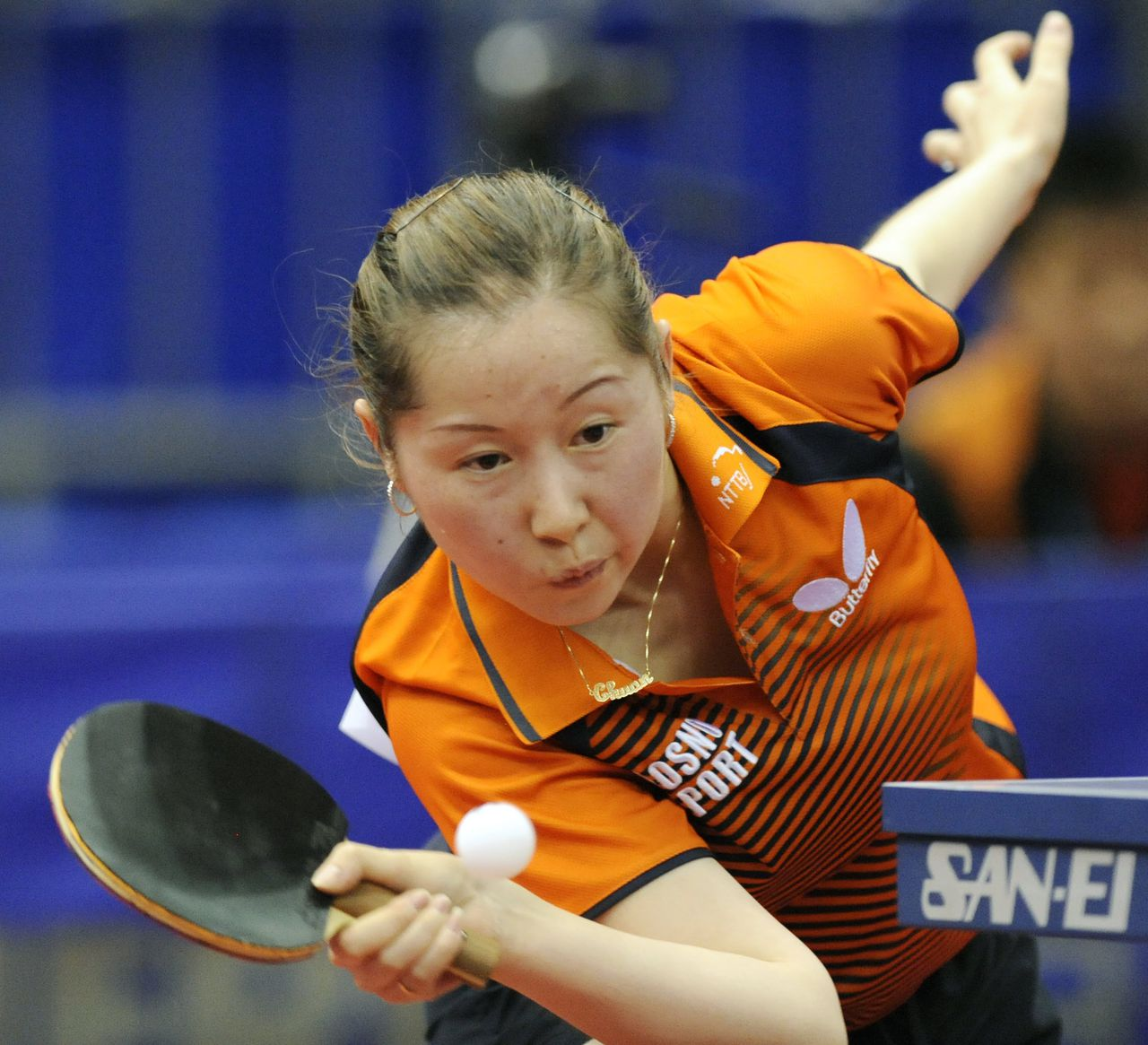 "Li Jie vorige week in actie op de wereldkampioenschappen in Yokohama. ""Ze is nog jong en zal alleen maar beter worden."" (Foto AFP) Li Jie of the Netherlands returns the ball against Singaporean Feng Tianwei during their women's singles third round match in the World Table Tennis Championships in Yokohama on May 1, 2009. AFP PHOTO/Kazuhiro NOGI"