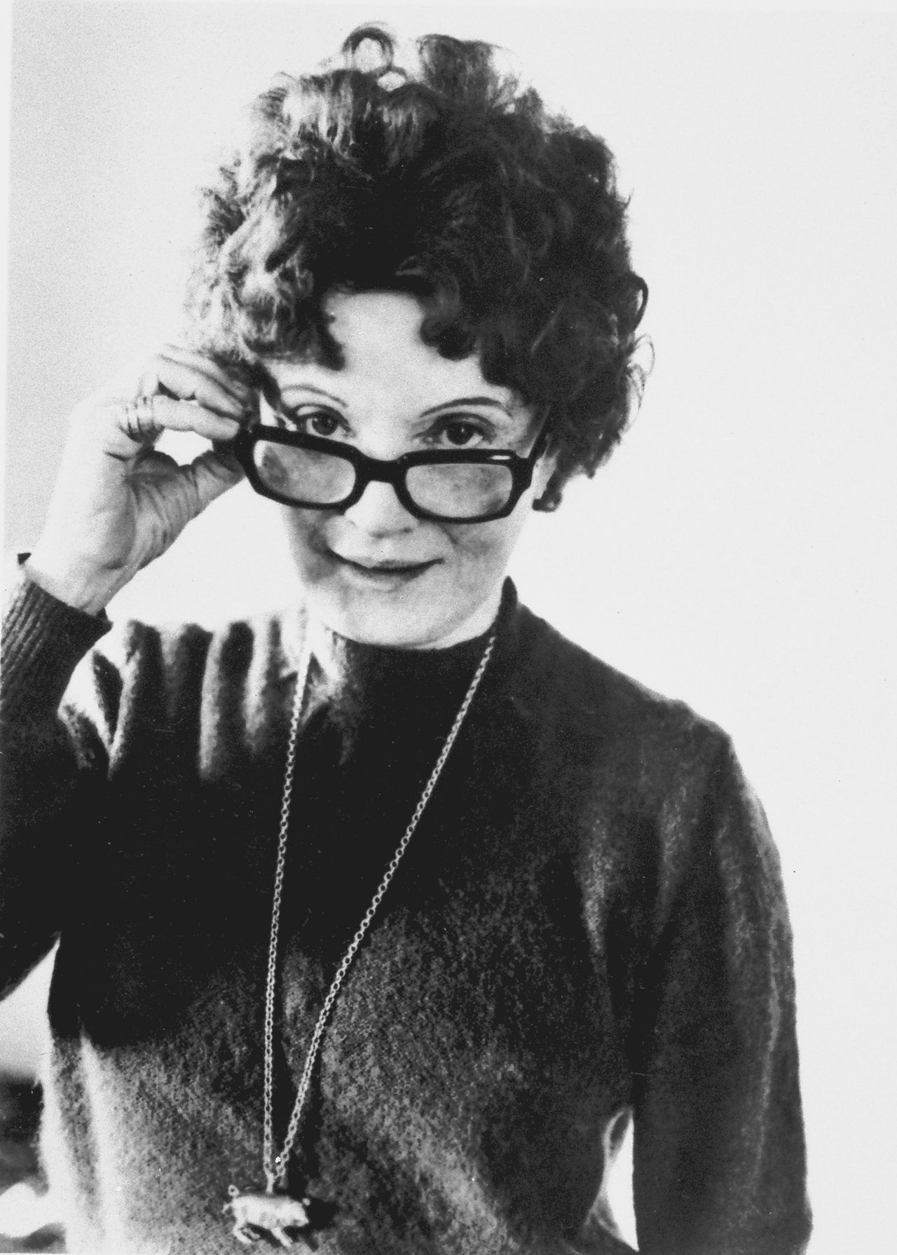 Schrijfster Muriel Spark, 'een raadsel gewikkeld in een mysterie, gekleed in Dior', in 1985 Foto AP *** FILE *** This is a 1985 file photo of author Dame Muriel Spark. Spark, whose spare and humorous novels made her one of the most admired British writers of the post World War II years, has died in Tuscany, Italian officials said Saturday April 15, 2006. She was 88. (AP Photo/Jerry Bauer)