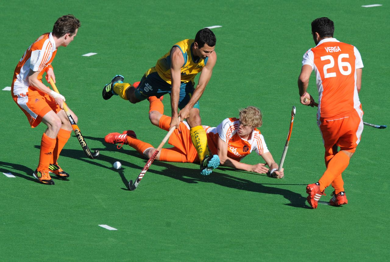 Jamie Dwyer of Australia (2nd L) leaps through defenders from the Netherlands during their Pool B match at the Men's Hockey Champioships Trophy in Melbourne on December 2, 2012. The match finished 0-0. AFP PHOTO/Paul CROCK IMAGE STRICTLY RESTRICTED TO EDITORIAL USE - STRICTLY NO COMMERCIAL USE