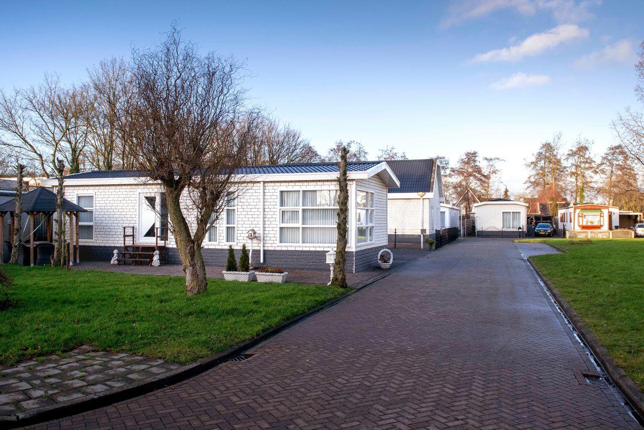 Een woonwagenkamp in Drachten. Woonwagenbewoners klagen over het 'uitsterfbeleid' van gemeenten, waarbij geen nieuwe standplaatsen worden gecreëerd en bestaande worden opgeheven - bijvoorbeeld bij een overlijden.