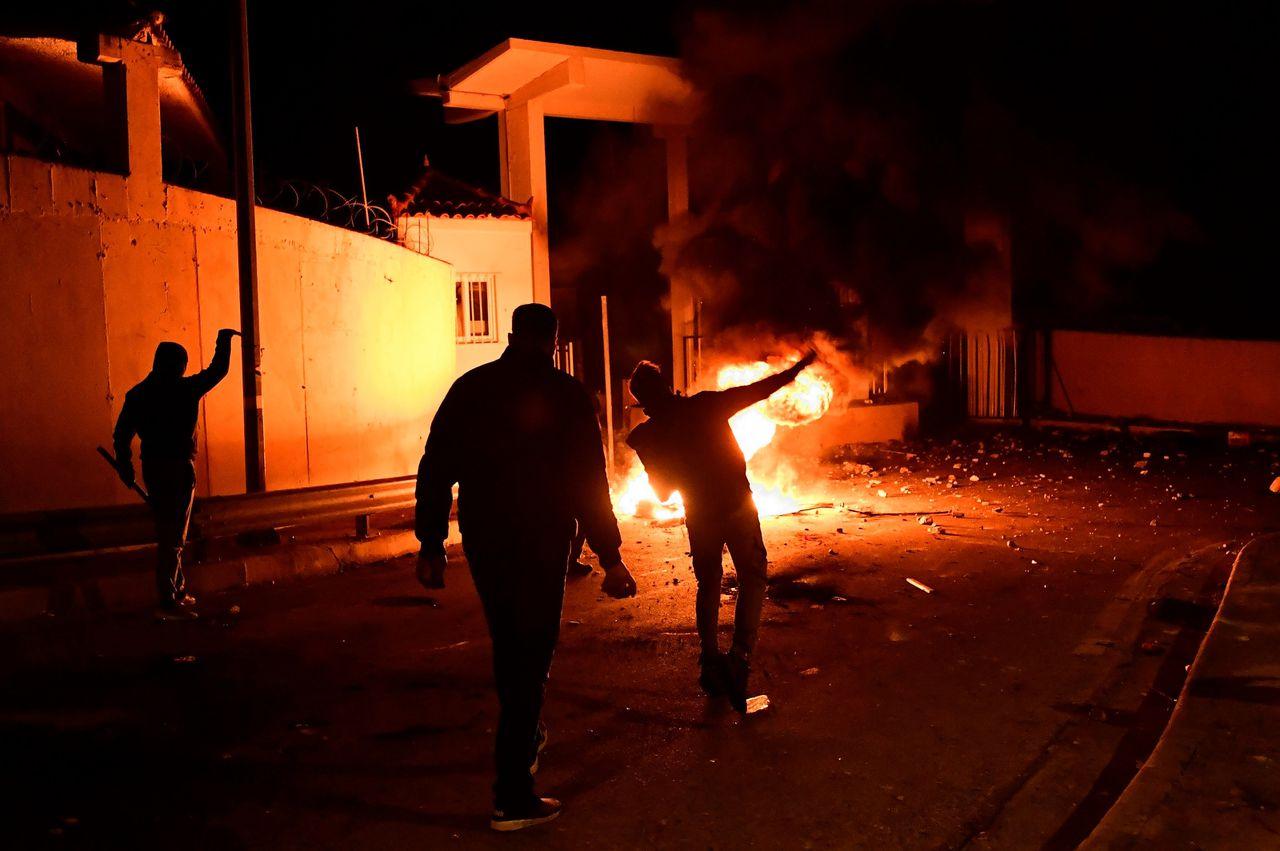 Demonstranten op Lesbos gooien met brandbommen naar de politie.