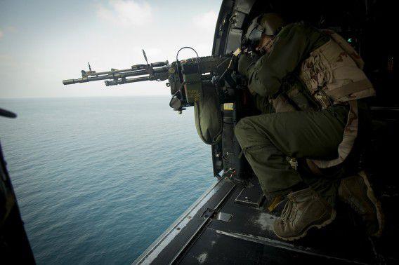 Mariniers patrouilleren vanuit de lucht in het gebied rond Somalië in het kader van de operatie Atalanta, een missie van de Europese Unie om de piraterij te stoppen voor de Somalische kust.