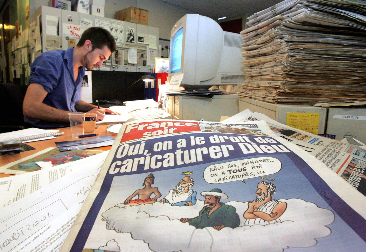 'Men heeft het recht een karikatuur te maken van God', zo stel de benarde krant France Soir - hier een beeld van de redactie - op de voorpagina van woensdag. Foto Reuters A journalist works in the newsroom at French newspaper France Soir at Aubervilliers near Paris February 2, 2006. The Paris newspaper France Soir has sacked its managing editor after the daily printed cartoons in its February 1, 2006 edition (foreground) of the Prophet Mohammad that have sparked protest and boycotts in the Muslim world. EDITORS NOTE - The cartoon seen on the front page is not the controversial cartoon in question but their own commentary on freedom of expression. The controversial cartoon which was originally printed in a Danish newspaper, appeared amongst others, on the inside pages of France Soir. REUTERS/Franck Prevel
