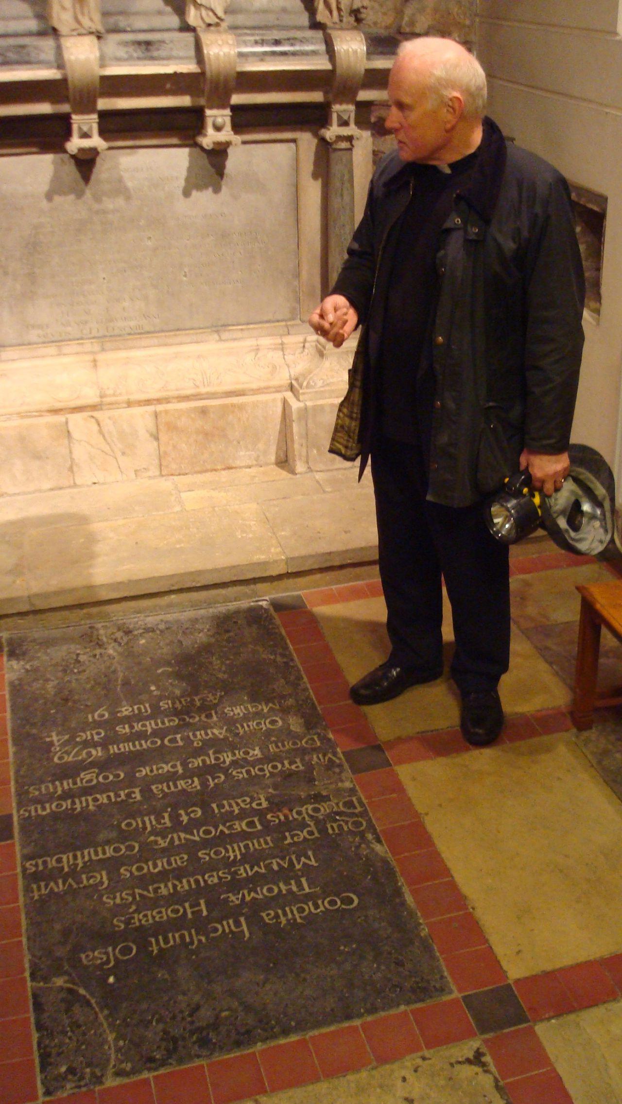 Reverend Bell bij graf Thomas Hobbes 1588-1679, Ault Hucknall Foto Beckmans