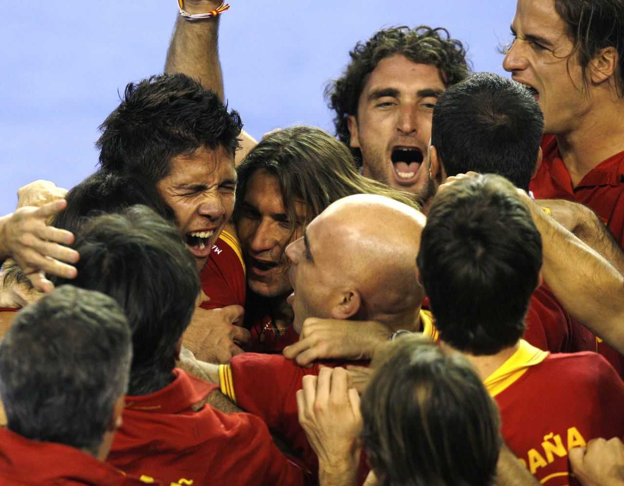 De Spanjaarden vieren de zege na de laatste partij van Fernando Verdasco (linksboven). Foto Reuters Spain's Fernando Verdasco (top L) celebrates with his team mates after winning the game against Argentina's Jose Acasuso during their World Group Davis Cup final tennis match in Mar del Plata November 23, 2008. REUTERS/Marcos Brindicci (ARGENTINA)