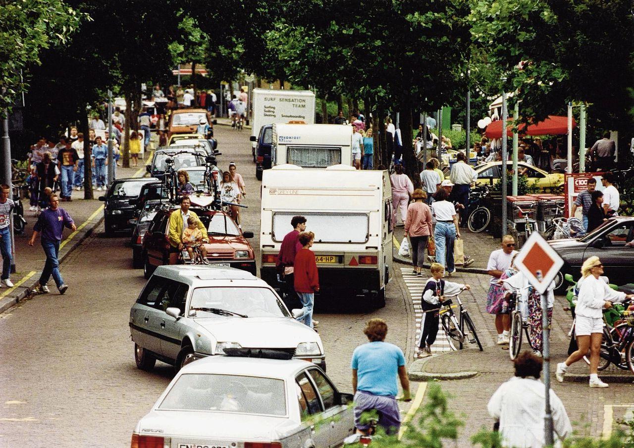 De straten van Renesse lopen vol met caravans, bij het begin van de vakantie in 1992.