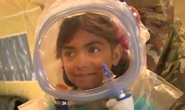 De zesjarige Briannah krijgt bij de oefening een masker om.