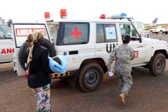 Een groep gewonden, onder wie een vrouw met haar baby, is gisteren door de VN vervoerd van Bor naar Juba om te kunnen ontsnappen aan de vuurgevechten.