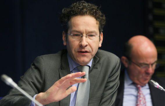 Jeroen Dijsselbloem in zijn functie als voorzitter van de Eurogroep. Achter hem de Spaanse minister van Economische Zaken Luis de Guindos