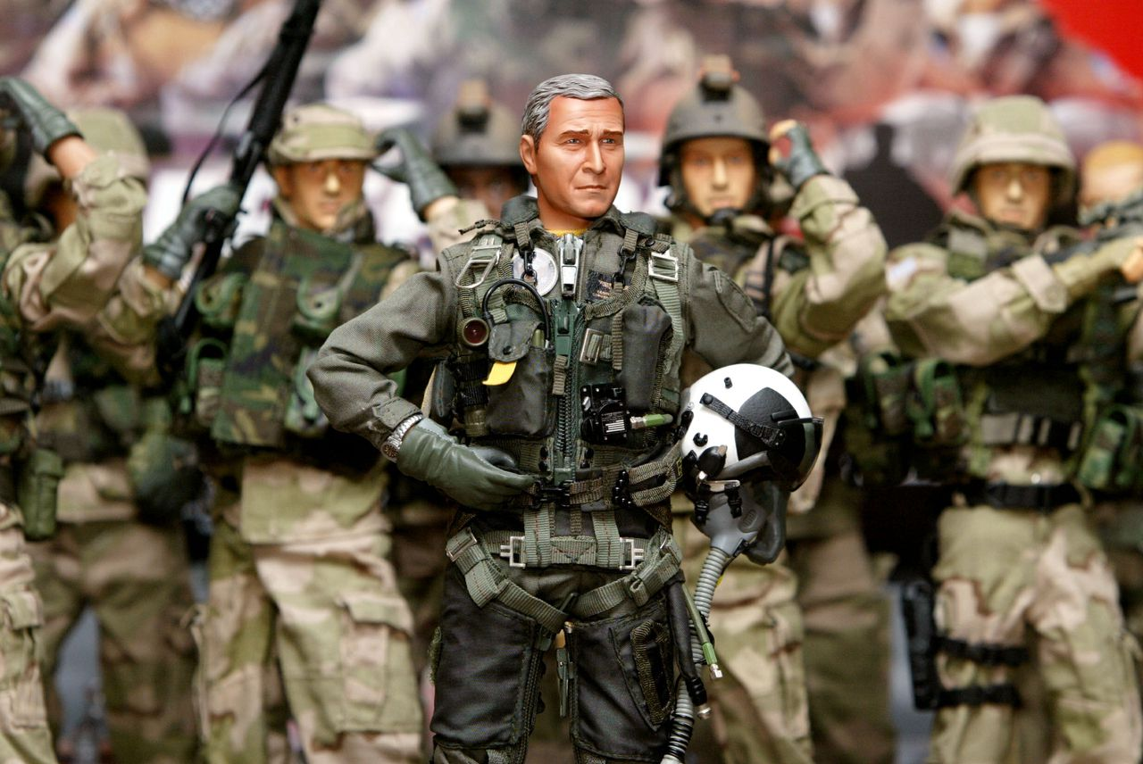 Pop van president Bush in het tenue waarin hij aan boord van de USS Abraham Lincoln de operaties in Irak beëindigd verklaarde Foto Reuters A minature replica of U.S. President George W. Bush attired in the naval aviator flight uniform, depicting what he wore when he landed on the aircraft carrier USS Abraham Lincoln to declare an end to major combat in Iraq, is displayed along with Elite Force figures in Hong Kong August 29, 2003. [A Hong Kong toy company has shipped about 35,000 pieces of such one-to-six scale dolls to the U.S. and other countries and would start hitting shop shelves next week.]