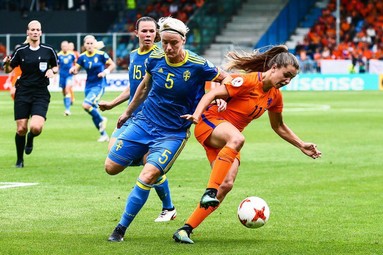 Lieke Martens tijdens de kwartfinale tegen Zweden, het land waar ze de afgelopen drie jaar gevoetbald heeft.