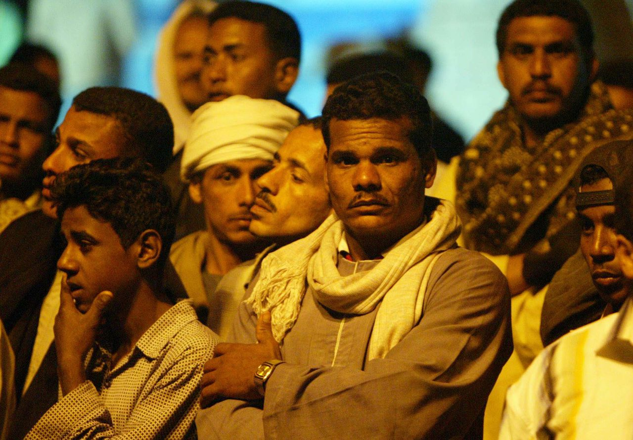 Familieleden wachten in de Egyptische havenstad Safaga op nieuws over hun verwanten aan boord van de al-Salam Boccaccio 89 die gisteren verging. Reddingswerkers vrezen dat er honderden doden zijn. Foto AFP Egyptian families wait for news of their relatives at the main gate of the arrivals area at Safaga port, on Egypt's southeastern Red Sea coast 03 February 2006. Hundreds of people were feared drowned in the Red Sea today after an Egyptian ferry sank in bad weather on an overnight crossing from Saudi Arabia with some 1,300 passengers on board. The owners of the Panamanian-flagged Al-Salam Boccaccio 98 said between 300 and 400 people had been rescued but maritime sources said heavy seas and strong winds were complicating the work of emergency teams as night fell. AFP PHOTO/KHALED DESOUKI