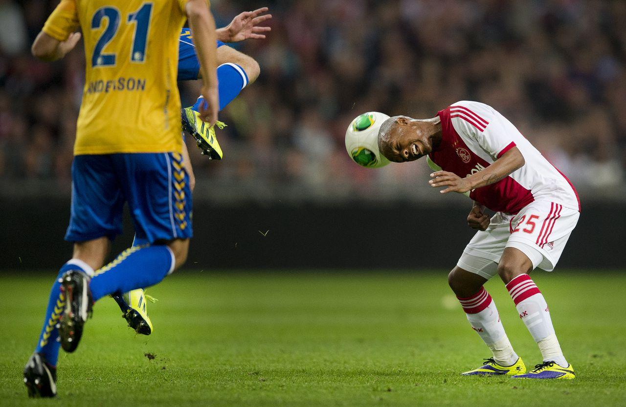Ajax speelde met 0-0 gelijk tegen RKC Waalwijk. Op de foto: Thulani Serero kopt.