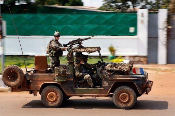 Een speciale eenheid uit Frankrijk reed gisteren door Bangui tijdens vuurgevechten tussen islamitische en christelijke bendes.