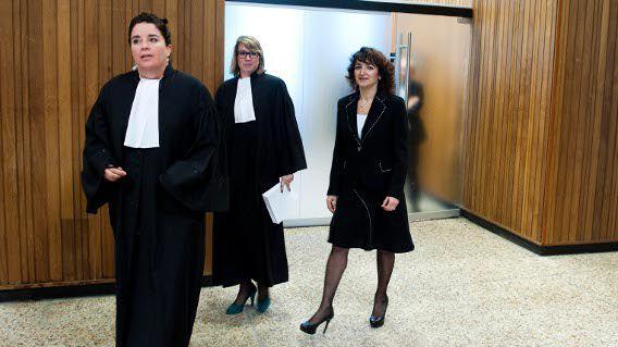 Den Haag : 12 oktober 2011 Nurten Albayrak (rechts) tijdens het kort geding. Albayrak, de op non-actief gestelde bestuursvoorzitter van het Centraal Orgaan opvang asielzoekers (COA), wordt mogelijk spoedig ontslagen door haar werkgever. foto © Roel Rozenburg