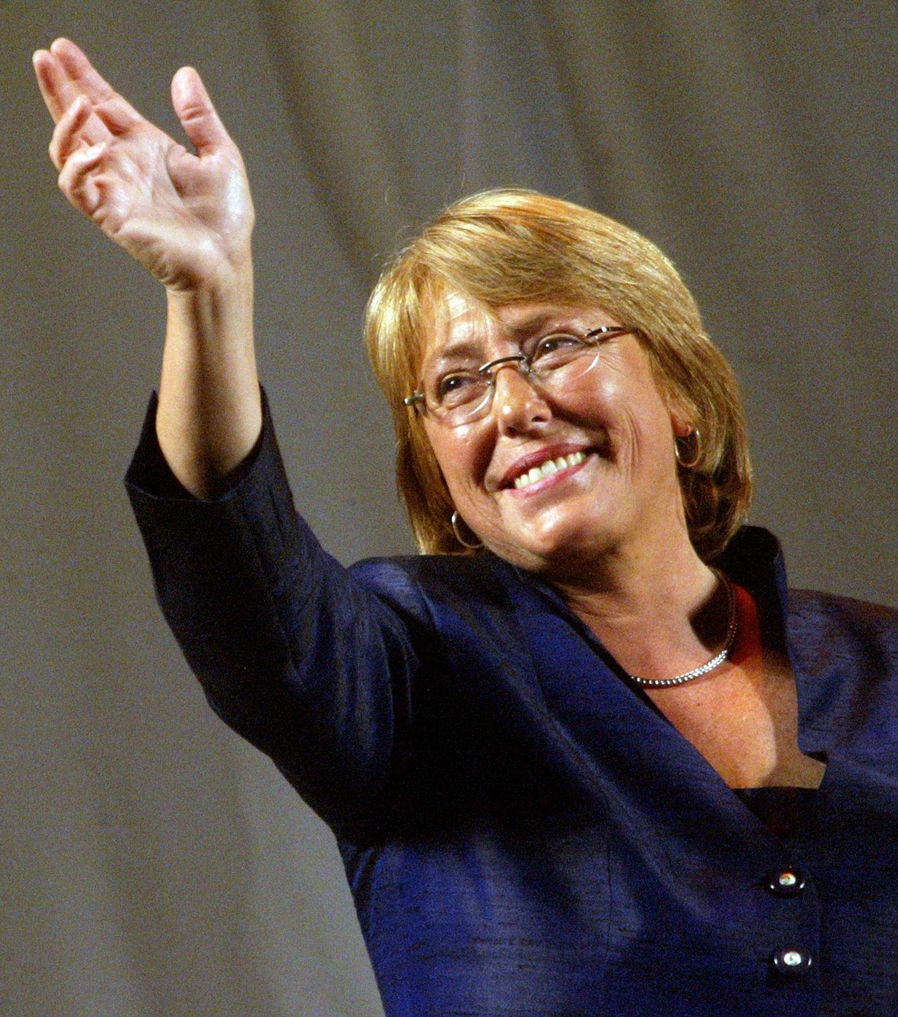 Newly elected Chilean President Michelle Bachelet waves to supporters during a celebration in Santiago January 15, 2006. Bachelet was elected Chile's first woman president on Sunday, consolidating the growing strength of the left in Latin America. REUTERS/Maglio Perez Michelle Bachelet. Foto Reuters