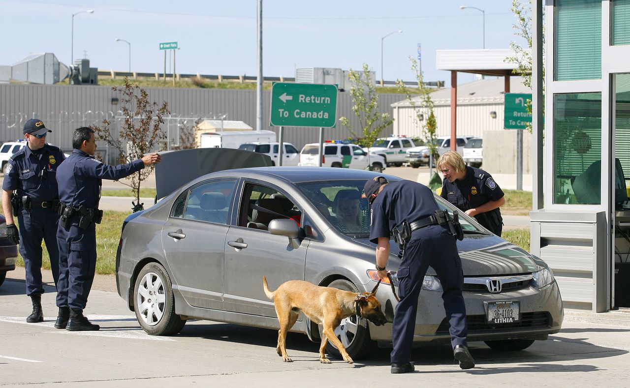 Amerikaanse douaniers aan de grens met Canada. Vroeger konden Canadezen zonder paspoort de grens over. Nu niet meer. Foto Reuters U.S. border agents check a vehicle leaving the United States headed for Canada at the United States border crossing at Sweetgrass, Montana, May 28, 2009. Agents on both sides of the border are getting ready for the new Western Hemisphere Travel Initiative (WHTI) that comes into effect June 1, 2009, requiring all people crossing to have WHTI compliant government documentation. REUTERS/Todd Korol (UNITED STATES POLITICS)