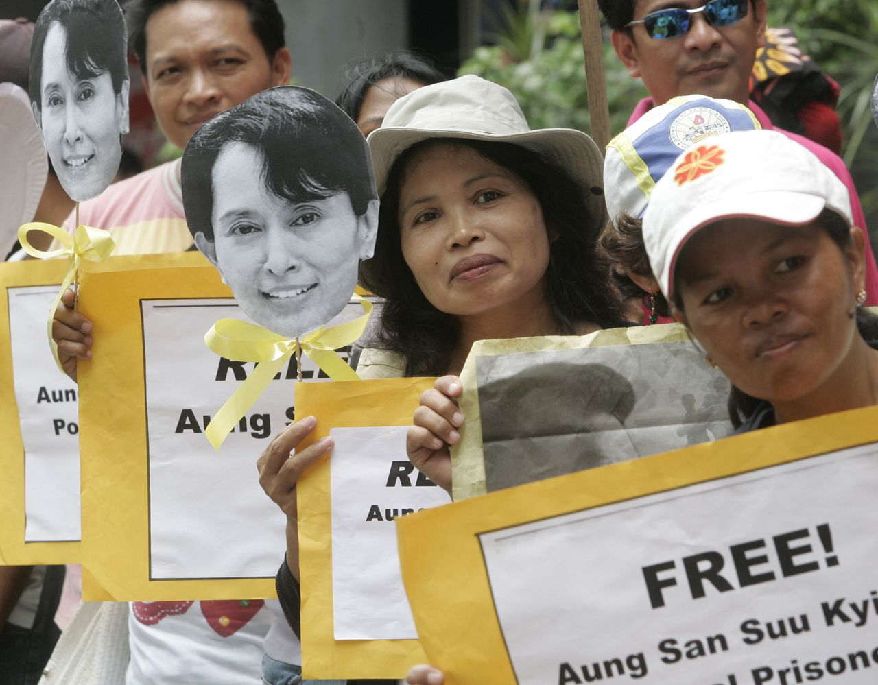 Demonstranten vanochtend voor de Birmese ambassade in de Filippijnse hoofdstad Manila. Foto AP Protesters display placards and portraits of Myanmar opposition leader and Nobel Peace Prize laureate Aung San Suu Kyi during a protest at the Myanmar Embassy at Manila's financial district of Makati city as they await Burma's decision Tuesday Aug. 11, 2009 in the Philippines. The Myanmar court is scheduled to deliver a verdict in the high-profile trial of Suu Kyi Tuesday. (AP Photo/Bullit Marquez)