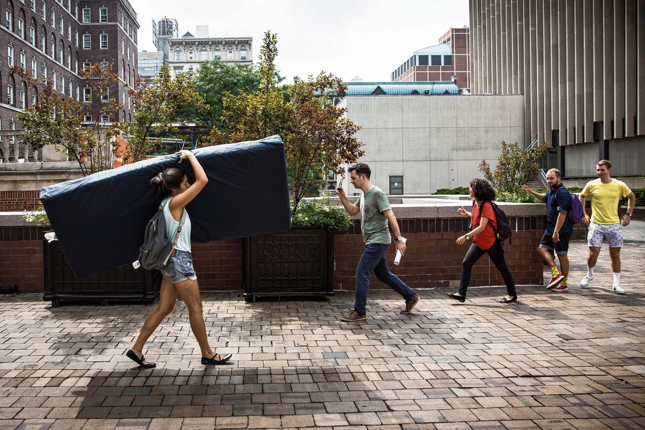 Studente Emma Sulkowicz draagt haar matras op de campus van Columbia University op 5 september 2014 in New York City.