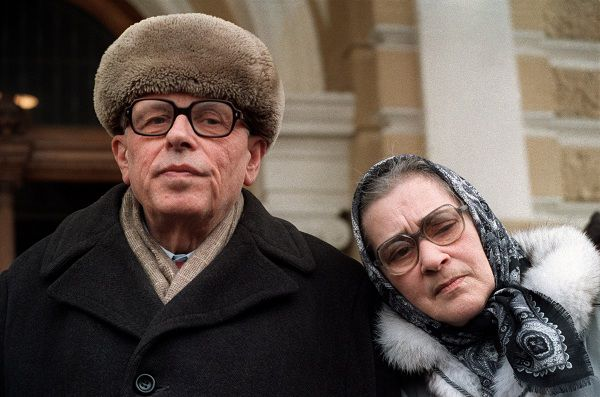 (FILES) In a file picture taken on March 31, 1987 leading Soviet dissidents, the late Nobel Peace Prize winner Andrei Sakharov (L) and his wife Yelena Bonner (R) are pictured in Moscow. Soviet dissident Yelena Bonner, the widow of Nobel Peace Prize winner Andrei Sakharov, has died after a long illness at the age of 88, her daughter was quoted as saying on June 19, 2011. AFP PHOTO / FILES / DANIEL JANIN
