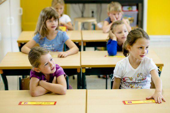 Kinderen in de klas tijdens de eerste schooldag van dit jaar, op basisschool Het Bossche Broek in Den Bosch.