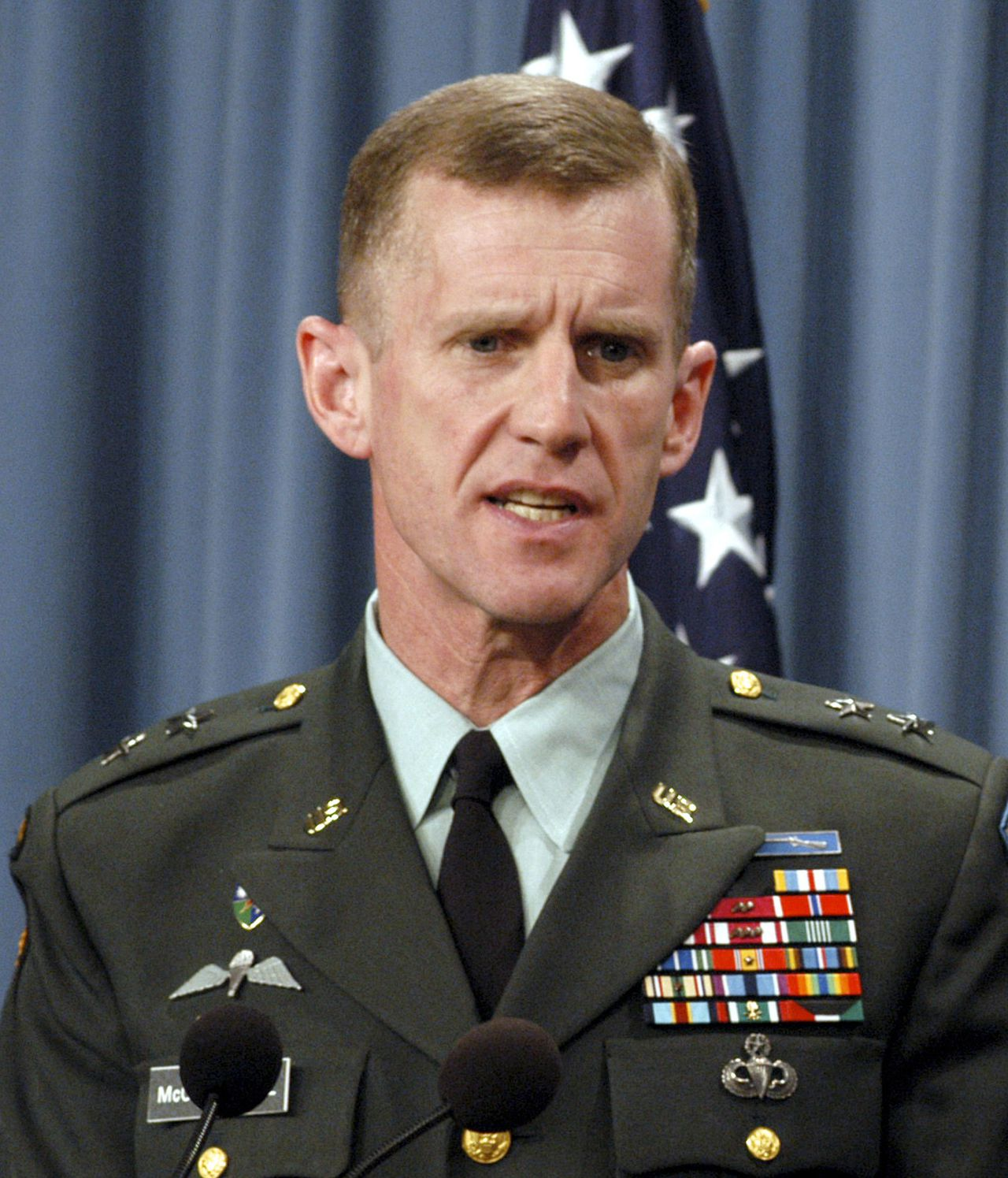 McChrystal Foto Reuters U.S. Army Maj. Gen. Stanley A. McChrystal answers a reporter's question on the overnight developments of coalition forces in Baghdad during a Pentagon news conference in Washington, in this April 8, 2003 file photo. McChrystal will replace the top U.S. and NATO commander in Afghanistan, U.S. General David McKiernan, less than a year after he took over the war effort there, CNN reported on May 11, 2009. McChrystal, a former commander of special operations forces at Fort Bragg, North Carolina, is currently the director of the U.S. military's Joint Staff. REUTERS/DoD photo by Helene C. Stikkel/Released/Handout (UNITED STATES MILITARY POLITICS HEADSHOT) FOR EDITORIAL USE ONLY. NOT FOR SALE FOR MARKETING OR ADVERTISING CAMPAIGNS