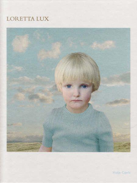 Nancy Grubb (ed.): Loretta Lux. Geb. Hatje Cantz 2005, 95 blz., van €39,95 voor €17,95. Selexyz Scheltema Amsterdam De Duitse fotografe Loretta Lux (1969) is de laatste jaren wereldwijd doorgebroken met haar digitaal gemanipuleerde foto's van jonge kinderen. In dit bijzondere boek zijn er een kleine vijftig te vinden: surrealistische, vervreemdende (om niet te zeggen unheimliche) portretten van jongens en meisjes die – gestoken in kinderkleren die regelrecht uit de jaren vijftig lijken te komen – met grote, peinzende ogen voor zich uit staren.