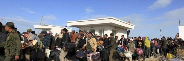 Egyptenaren proberen Libië uit te komen via de grens met Tunesië. Veel Tunesiërs rijden naar de grens om daar mensen op te vangen en onderdak te kunnen geven.