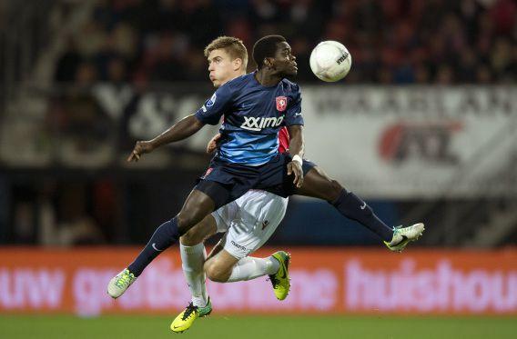 Markus Henriksen van AZ (L) in duel met Shadrach Eghan van Twente.