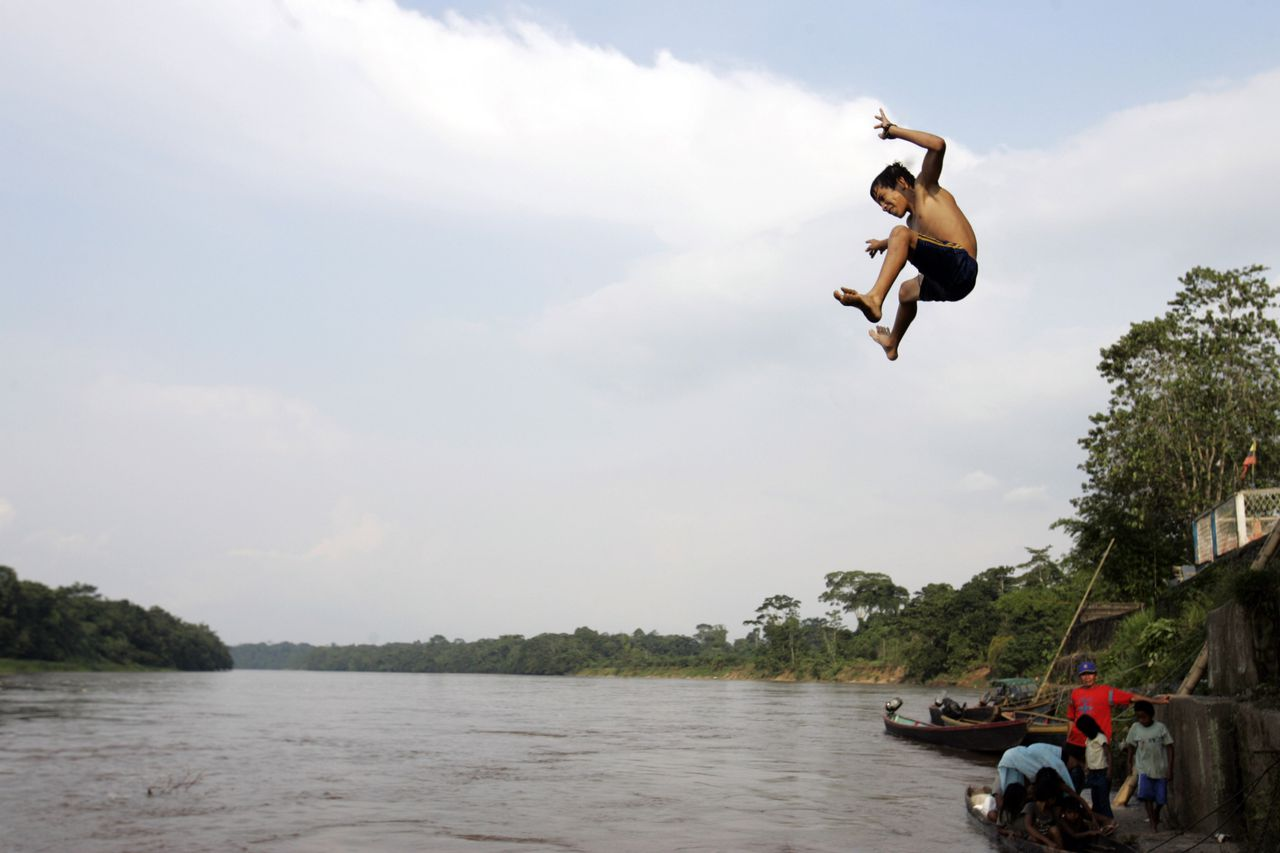 De rivier San Miguel op de grens tussen Ecuador en Colombia, eergisteren. Foto AP A boy jumps into the San Miguel river on the border between Ecuador and Colombia, in General Farfan, Ecuador, Tuesday, March 4, 2008. Ecuador's President Rafael Correa ordered Sunday the expulsion of Colombia's ambassador to Ecuador and mobilized troops to the border with Colombia, after Colombian security forces killed Saturday a senior FARC commander just inside Ecuadorean territory. (AP Photo/Dolores Ochoa)