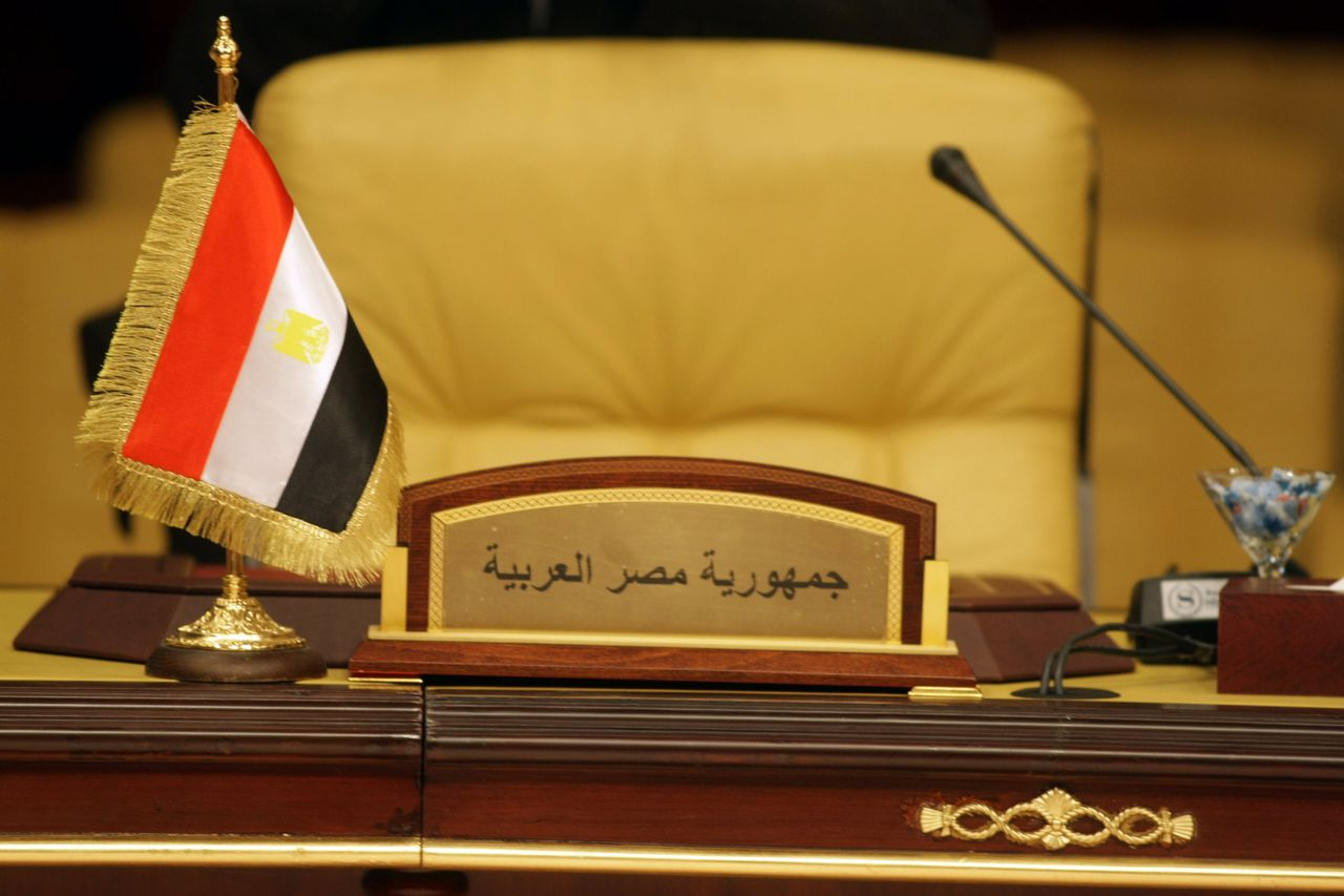 De stoel van de niet-aanwezige Egyptische afgevaardigde bij de top van Arabische landen gisteren in Qatar. Arabische landen zijn verdeeld over Israëls offensief in Gaza. (Foto AFP) A picture shows the empty chair for the non-attending Egyptian representative at a crisis summit meeting on Gaza in the Qatari capital Doha on January 16, 2009. Qatar pressed ahead with a summit today on Israel's deadly offensive against Gaza despite the absence of the Palestinian leadership and regional heavyweights Egypt and Saudi Arabia. At the summit Hamas leader Khaled Meshaal said that the Islamist movement would reject Israel's terms for a Gaza truce and Syrian President Bashar al-Assad called for all Arab countries with ties to Israel to cut them. AFP PHOTO/KARIM SAHIB