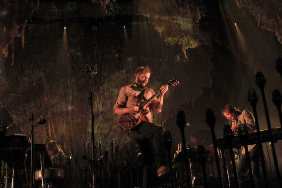epa03451122 US musician Justin Vernon (C), vocalist of the band Bon Iver performs on stage during their concert at Vistalegre Palace pavilion in Madrid, Spain, 28 October 2012. EPA/KIKO HUESCA