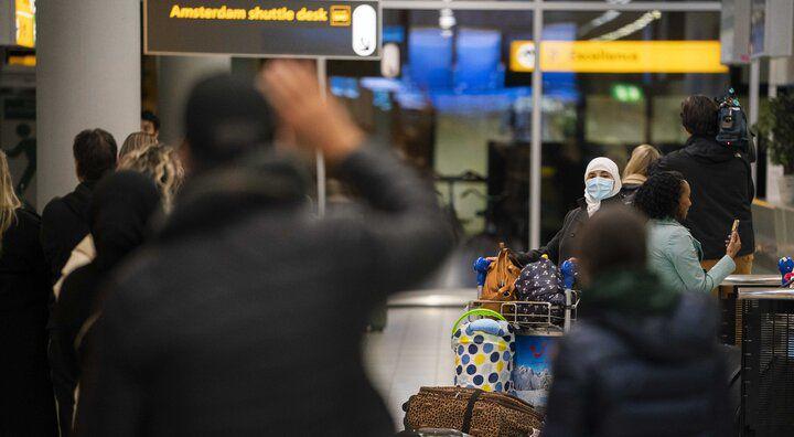 De eerste repatriëringsvlucht uit Casablanca, Marokko, met een groep Nederlands is geland op luchthaven Schiphol, 27 april.