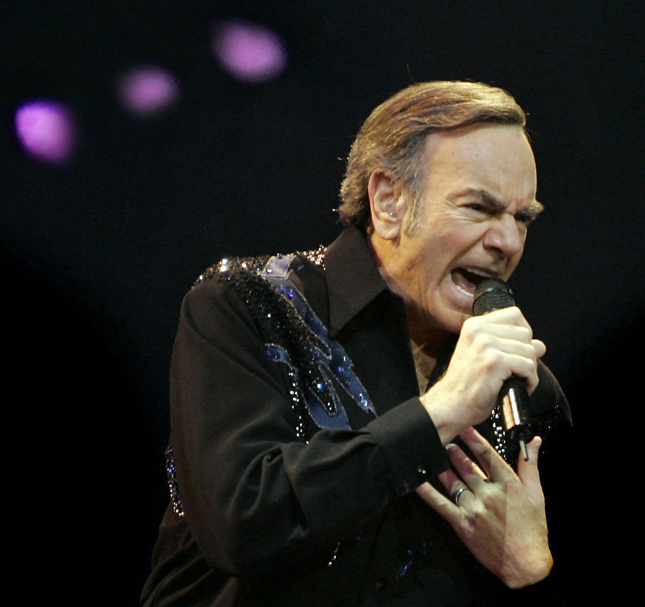 NO MORE KITSCH: Neil Diamond maakt op zijn oude dag introverte, droevige liedjes Foto AP Neil Diamond performs at Kemper Arena in Kansas City, Mo., Tuesday, Dec.13, 2005. (AP Photo/The Kansas City Star, Chris Oberholtz) ** NO MAGS NO SALES **
