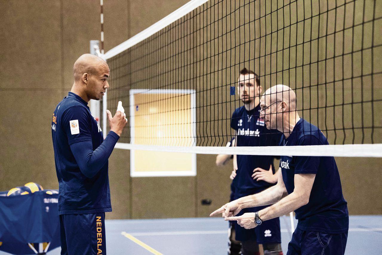 Roberto Piazza (rechts), de nieuwe bondscoach van de Nederlandse volleyballers, geeft aanwijzingen tijdens de training op Papendal in Arnhem.