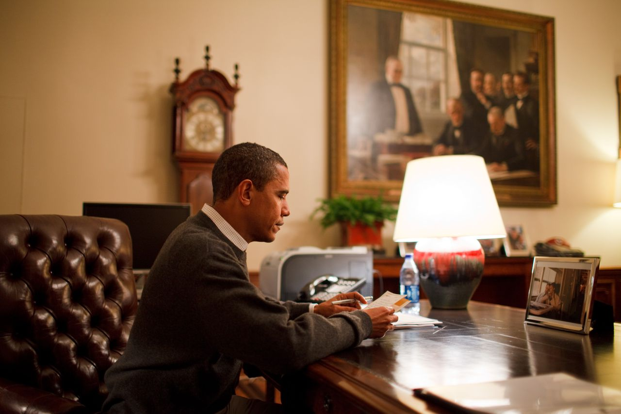 President Barack Obama in de Treaty Room Office, een kamer in het privégedeelte van het Witte Huis. (Foto Hollandse Hoogte) February 29, 2009, Washington, DC, USA: President Barack Obama reads one of 10 letters from the public selected for his personal reading from the volume of mail he receives. He sits at his desk in the Treaty Room Office in the Private Residence.. Credit: White House / Polaris