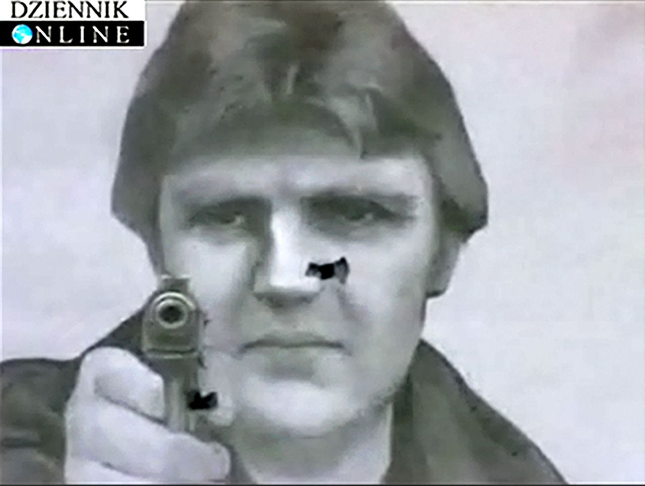 De foto van Litvinenko als doelwit op de schietbaan. Foto AP In this undated image made from television footage of Polish website Dziennik Online, a shooting target showing the image of Alexander Litvinenko, the former agent who was fatally poisoned in London last year, is seen at a private training center, in Moscow. Sergei Lysyuk, head of the Vityaz Center, a private center that trains security personnel and held a competition for Russian special forces, confirmed Tuesday, Jan. 30, 2007, that the center has used shooting targets showing the photo of Litvinenko. (AP Photo/Dziennik Online, HO) ** TV OUT IMAGE MUST BE USED IN ITS ENTIRETY **
