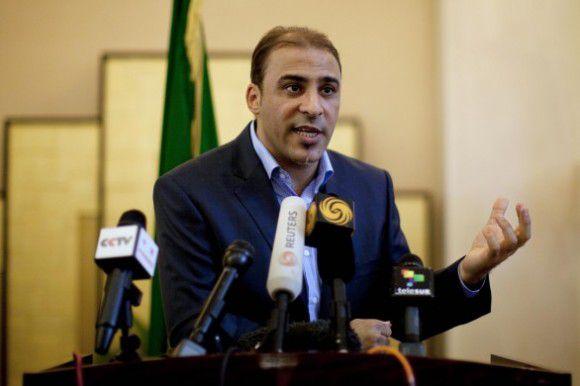 Moussa Ibrahim tegenover de pers in augustus. Vandaag zei hij dat de gevangengenomen 'huurlingen' het goed maken en dat Gaddafi nog jaren kan blijven vechten. Foto AP / Dario Lopez-Mills