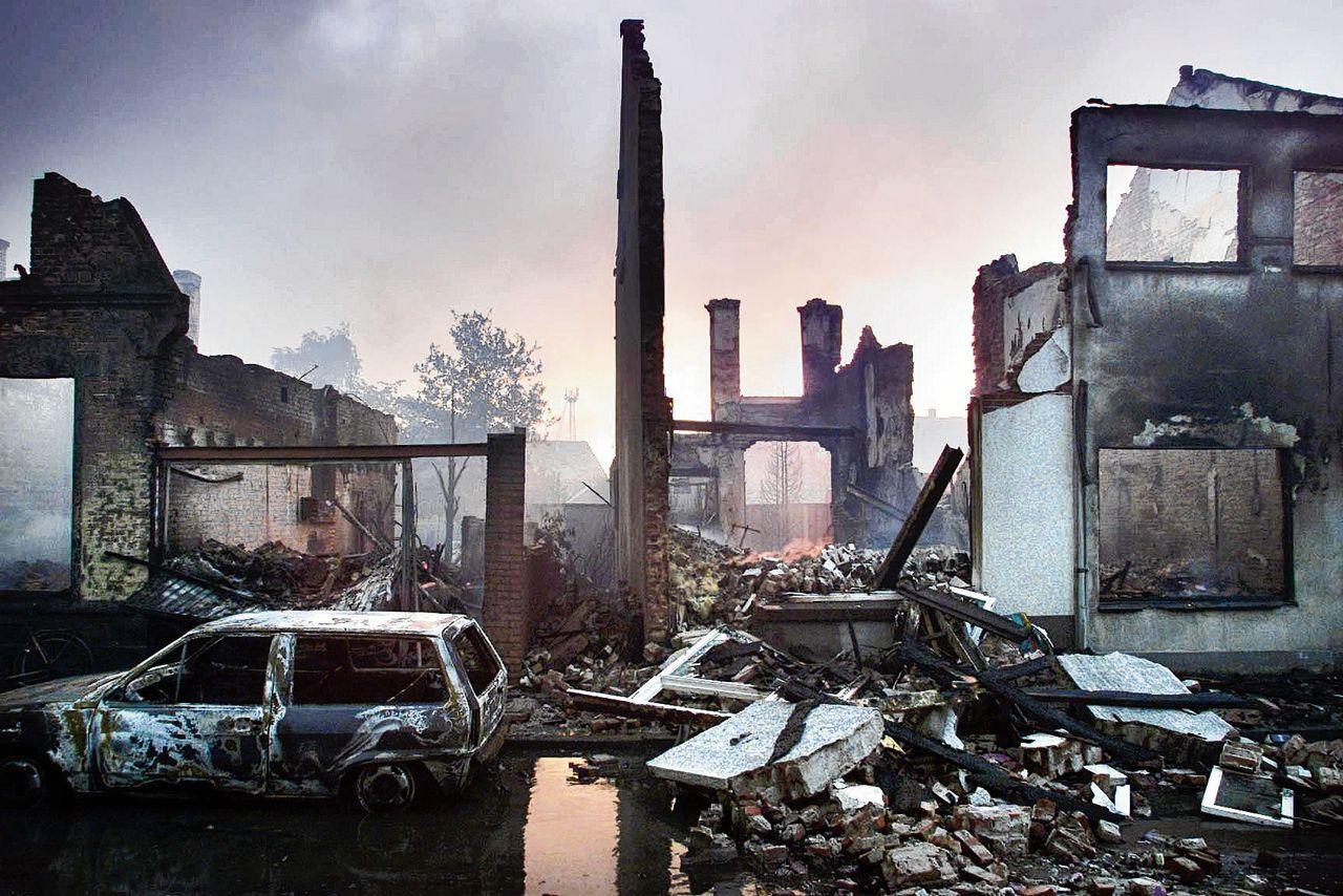 De ravage van woningen in de omgeving van de vuurwerkfabriek S.E. Fireworks in Enschede, een dag nadat de wijk na een explosie met de grond gelijk gemaakt was.