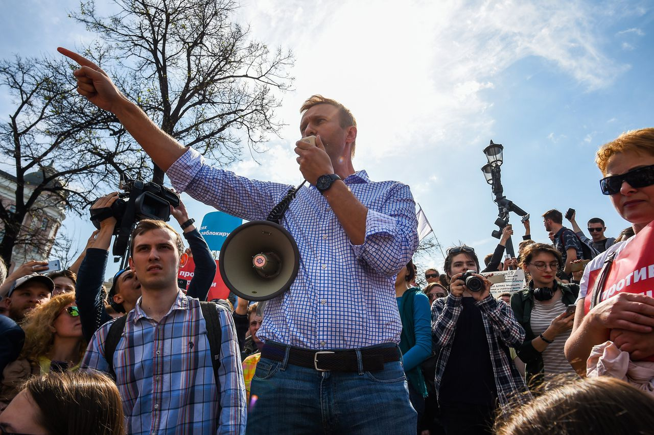 Navalny spreekt de demonstranten toe in Moskou.
