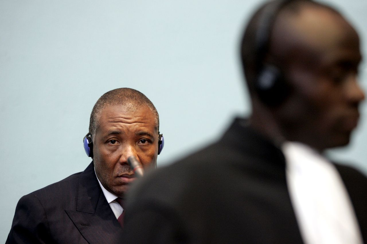 Taylor bij zijn voorgeleiding in Freetown, vorige week. Foto AP Former Liberian President Charles Taylor, left, makes his first appearance at the Special Court in Freetown, Monday, April 3, 2006. Former Liberian President Charles Taylor pleaded not guilty Monday to war crimes and crimes against humanity, including sexual slavery, mutilation and sending children into combat. (AP Photo/George Osodi, Pool)