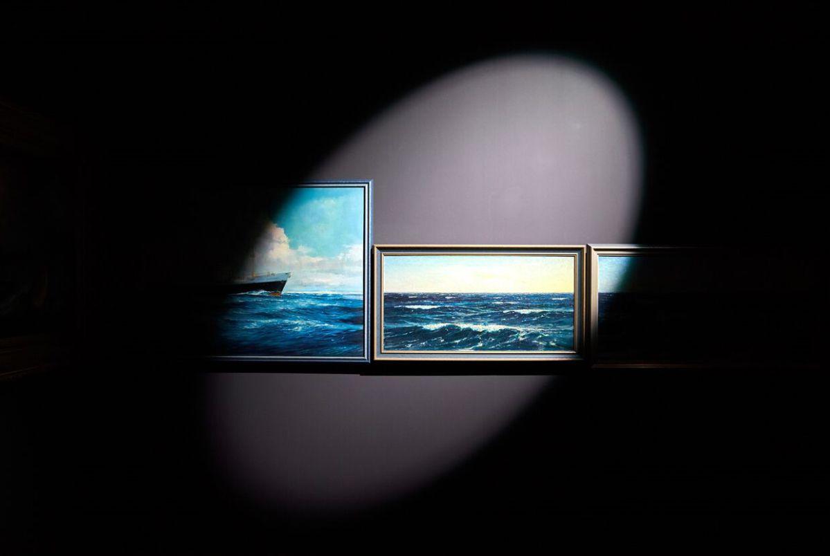 Een bewegend licht gaat langs de zeegezichten die Daan Roosegaarde in het DWDD Pop-Up museum toont.